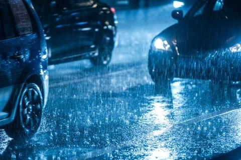 Auto in regen. Foto: iStock / c1a1p1c1o1m1