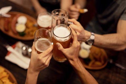 Bier, proosten, café. Foto: iStock / Dragen Zigic