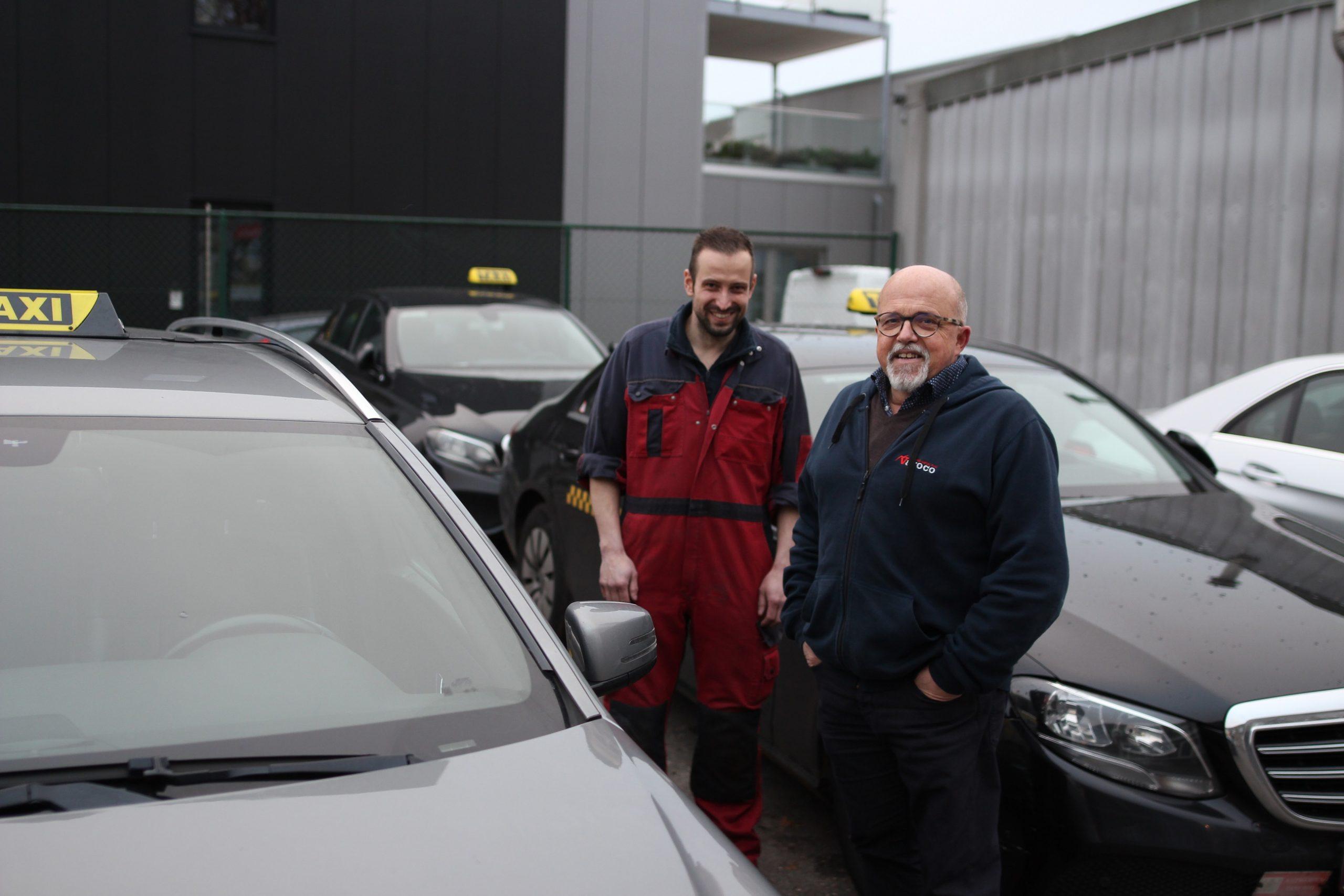 Vader en zoon van Rompaey tussen de taxi's op hun bedrijf in Wommelgem