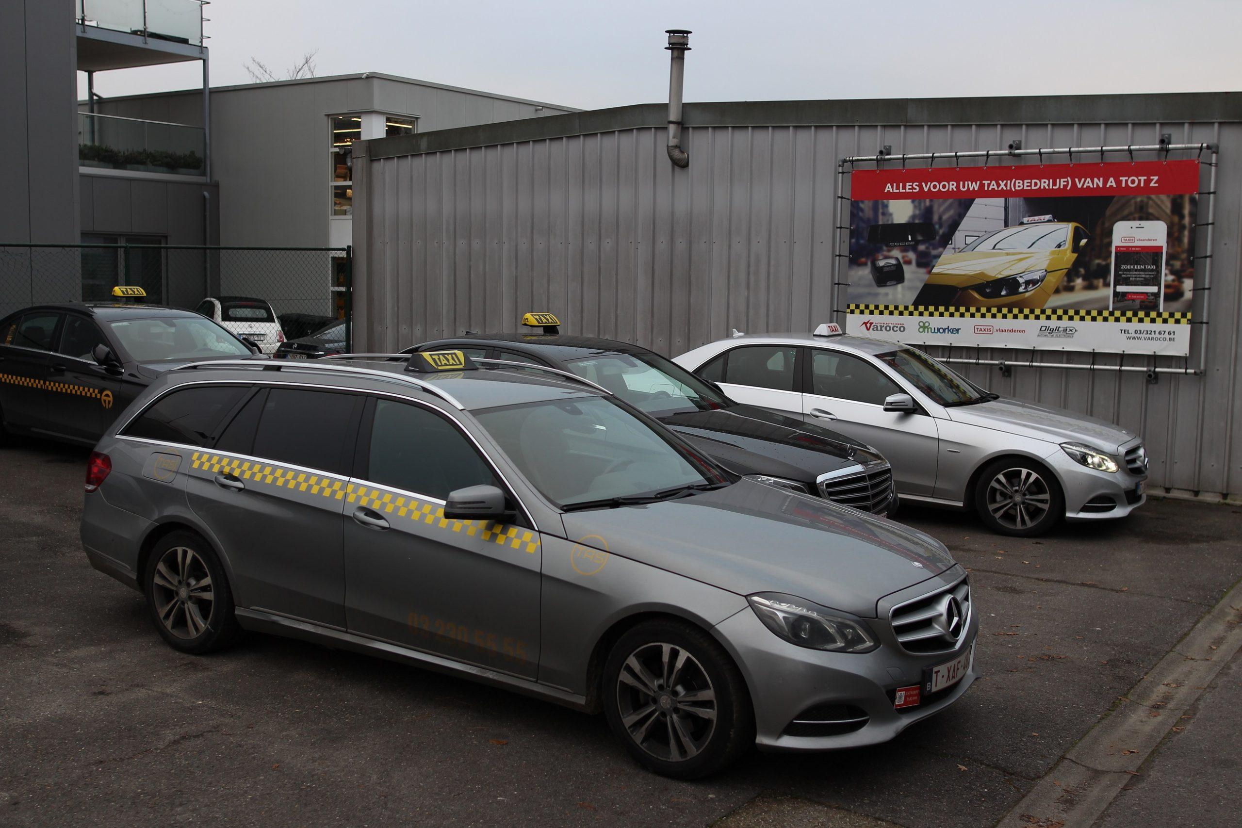 Taxi's op de parkeerplaats van taxigarage Varoco in Wommelgem