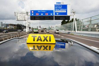 Taxi op snelweg Nederland (foto: 36clicks/iStock)