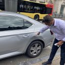 Schade aan taxi in Dinant. Foto: Matthias Vanheerentals / ProMedia