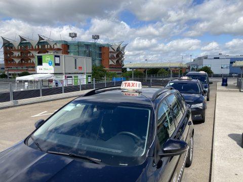 Taxi's op standplaats. Foto: Matthias Vanheerentals