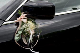 Trouwboeket aan auto. Foto: iStock / Corinne Poleij